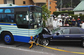 仙台市バスに衝突、9人けが